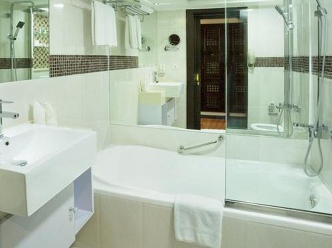 Bathroom Arabian Courtyard Hotel & Spa Bur Dubai